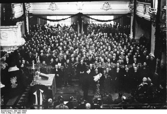 """Die Eröffnung des neuen Reichstag als Staatsakt am """"Tag von Potsdam"""" war eine Abfolge von geschickt inszenierten Feierlichkeiten. Die Wahl auf Potsdam erfolgte lediglich aus geschichtsträchtigen Gründen und um Hindenburg zu überzeugen."""