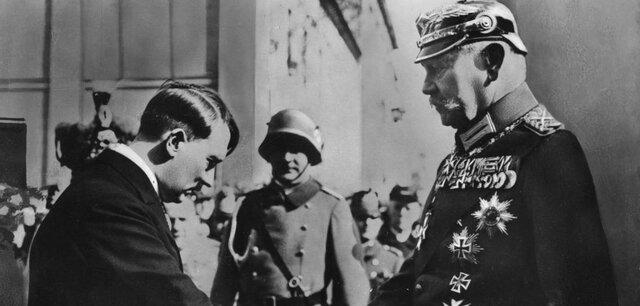 Mit dem demütigen Handschlag inklusive ehrfurchtvoller Verneigung vor Hindenburg zeigte Hitler gegen Aussen seine Wertschätzung. Genau so, wie in der vorangegangenen Eröffnungsrede in der Garnisonkirche, die beim anwesenden Publikum Eindruck hinterliess.