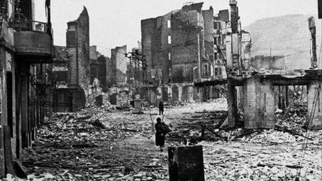La ciudad vasca de Guernica sufre un brutal bombardeo