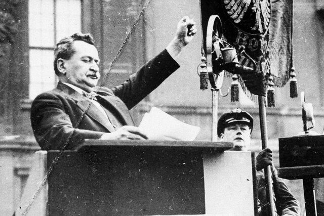 Vor dieser Abstimmung, welche von bewaffneten SA- und SS-Einheiten begleitet wurde, hielt Otto Wels, Fraktionsvorsitzender der SPD, eine mutige Rede. Nebst den verhafteten oder untergetauchten 81 KPD-Abgeordneten fehlten auch deren 26 Abgeordnete der SPD.