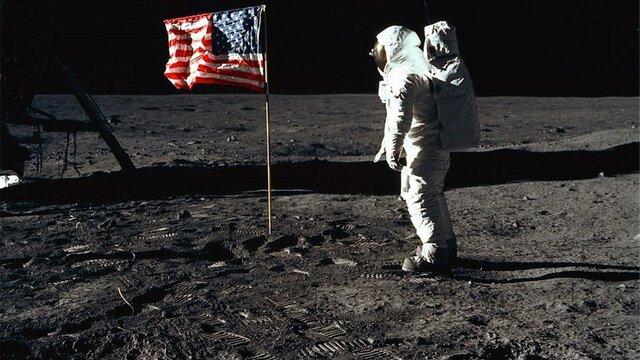 El hombre llega a la luna.
