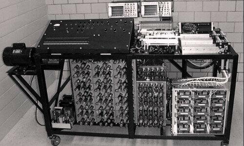 Primer servicio de televisión y lanzamiento de la primera computadora digital