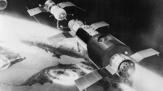 Rusia desarrolla tecnología aeroespacial y pone en orbita varios satélites, empieza la masificación de las comunicación.