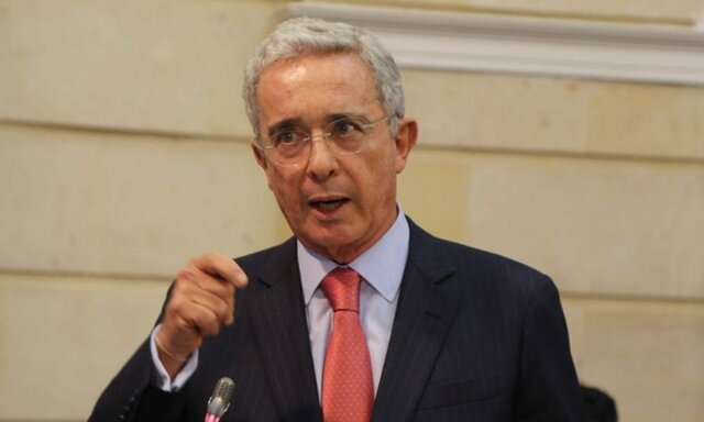 Uribe asume la presidencia
