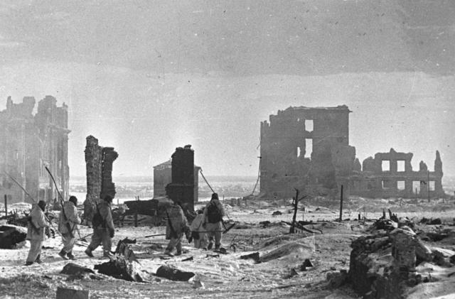 Els alemanys es rendeixen a les tropes russes a Stalingrad en la primera gran derrota dels exèrcits de Hitler.