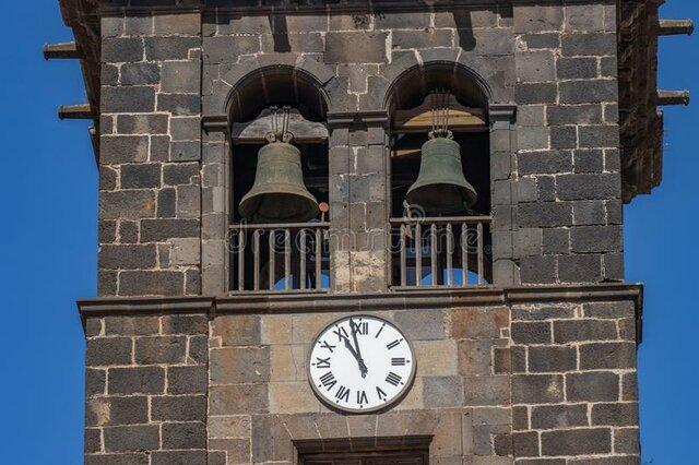 el primer reloj mecánico con campanas