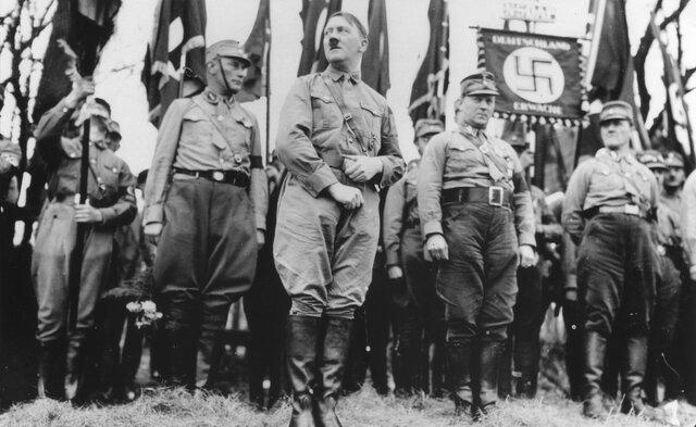 Hitler sube al poder.