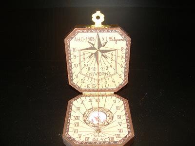 reloj mecanico que proporciona la hora solar