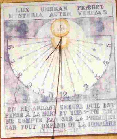 reloj mecánico que proporciona la hora solar