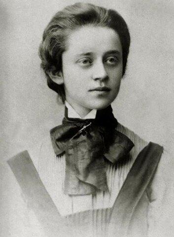 Познакомилась с поэтессой и переводчицей Софией Парнок; их романтические отношения продолжались до 1916 г.