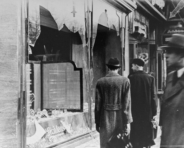 """Noche los """"cristales rotos"""" episodio de violencia coordinado contra los judíos, siendo perseguidos, acosados e insultados."""
