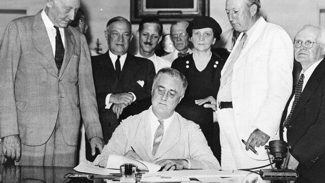 Rooselvelt propone el New Deal: nueva política económica contra la crisis.
