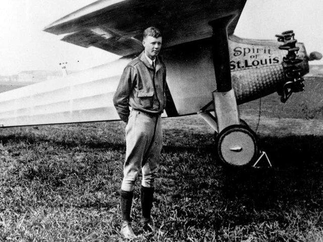 Primer vuelo sobre el océano Atlántico sin escalas: Charles Lindbergh.