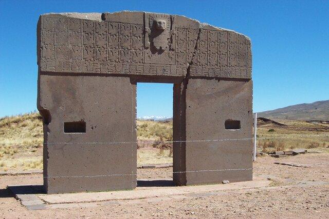 las paredes estan decoradas con 175 cabezas esculpidas en piedra caliza,todas distintas