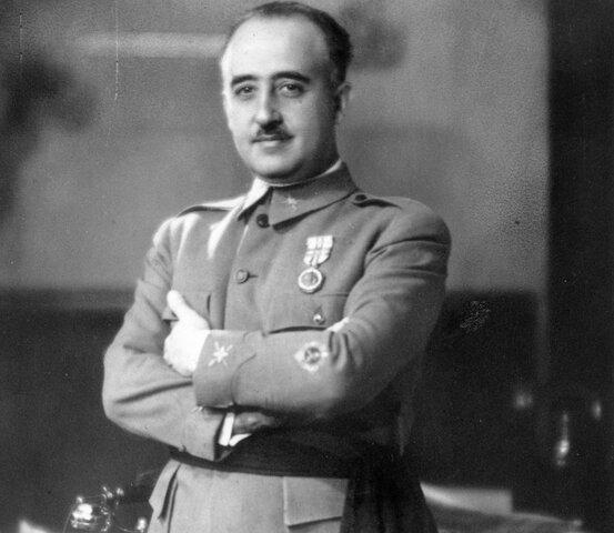 Organización en Salamanca la Junta de defensa Nacional. Franco nombrado generalísimo de los ejércitos y jefe de Estado. (octubre)