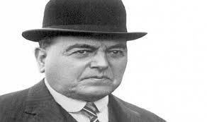 Asume a la presidencia Hipólito Yrigoyen.