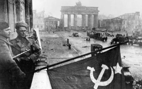 Les tropes russes arriben a Berlín.