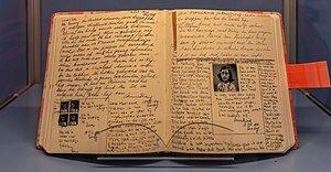 El seu pare li regala el cuadern a Anna frank