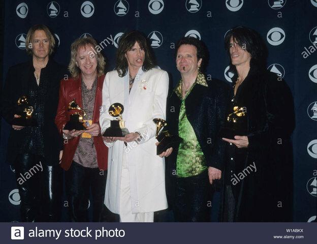 Guanya el primer Grammy de 4 per la millor Actuació musical.