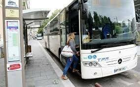 Elle prend le bus à 7h et demie