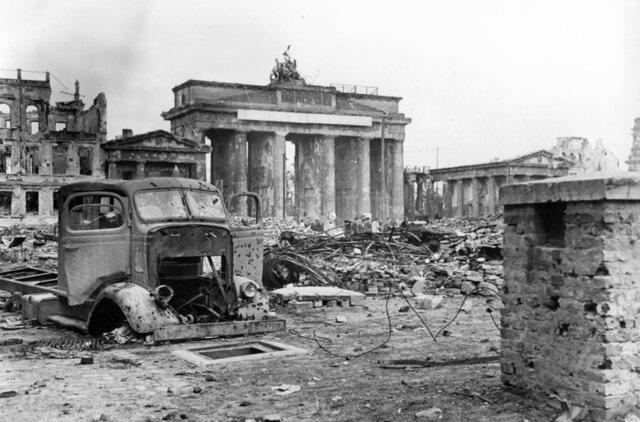 LOS SOVIETICOS SE APODERAN DE BERLIN