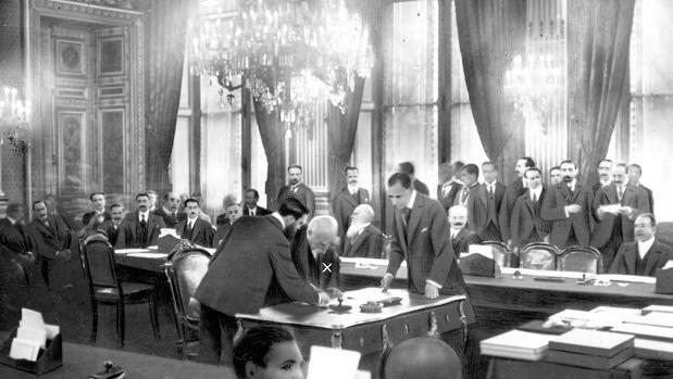 Terminan los compromisos unilaterales del Tratado de Versalles.
