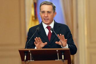 Álvaro Uribe asume la presidencia.