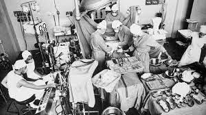Barnard efectúa el primer trasplante de corazón.