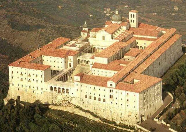 Benedetto fonda il monastero di Montecassino