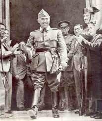 Organización en Salamanca la Junta de defensa Nacional. Franco nombrado generalísimo de los ejércitos y jefe de Estado (octubre).