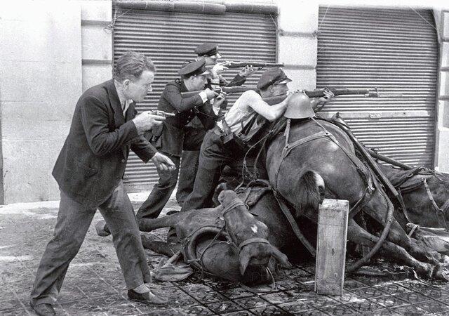 Guàrdies d'assalt darrere d'una barricada de cavalls - Agustí Centelles