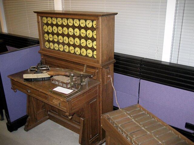 Máquina tabuladora eléctrica creada por Herman Hollerith