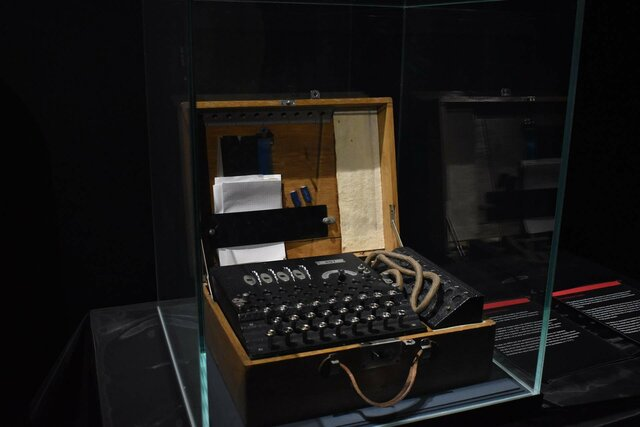Alan Turing, crea la maquina de Turing