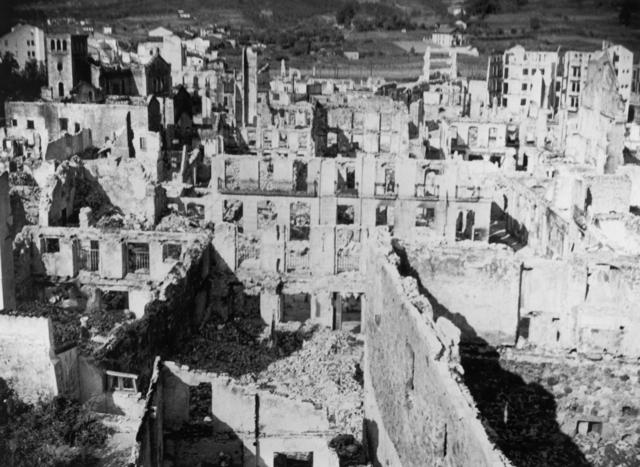 La fuerza aérea alemana, Luftwaffe, bombardea Guernica
