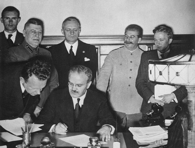 Alemania y la Unión Soviética firman un tratado de no agresión