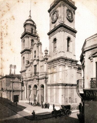 Se funda un colegio en la actual Plaza de Mayo.