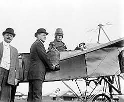 Primer vuelo de avión controlado