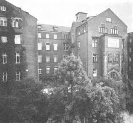 Comienza a cursar estudios en el Allgemeines KrankenHaus