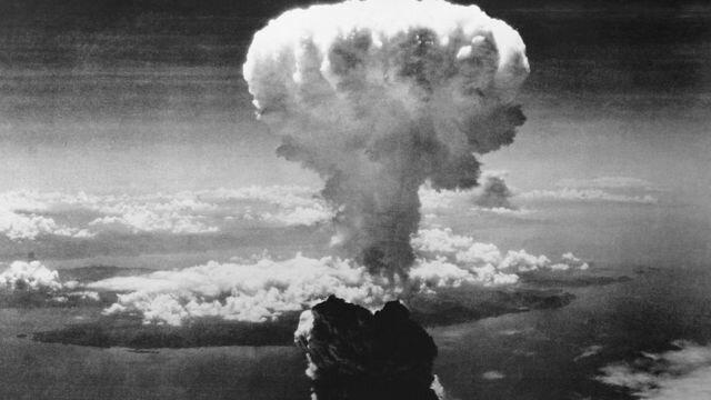 Estados Unidos lanza una bomba atómica en Hiroshima.