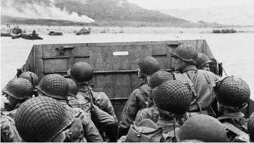 Las tropas estadounidenses y británicas desembarcan en Sicilia.