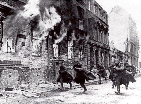 Italia entra a la guerra y llega a invadir el sur de Francia.