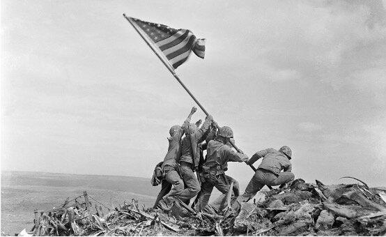 Las armadas británica y estadounidense frenan el avance naval japonés en el centro del Pacífico en Midway.