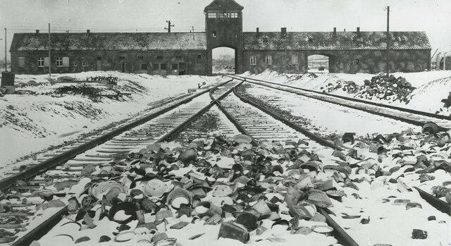 i soldati russi entrano in Aushwitz- Birkenau