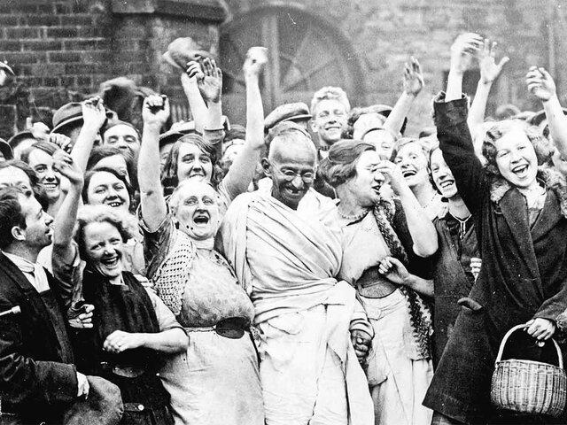 Mahatma Gandhi comienza a difundir que todas las personas del mundo tienen derechos, no solamente en Europa, a través de sus protestas pacíficas.