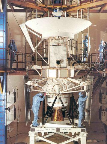 La NASA lanza las sondas espaciales Galileo y Magallanes.