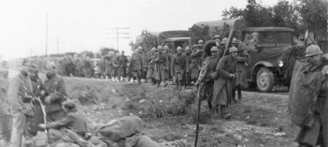 Los primeros soldados italianos, enviados por Mussolini, llegan a para ayudar a las fuerzas franquistas