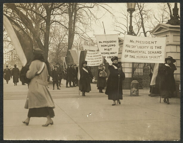 NATIONAL WOMAN'S PARTY PICKETS WHITE HOUSE