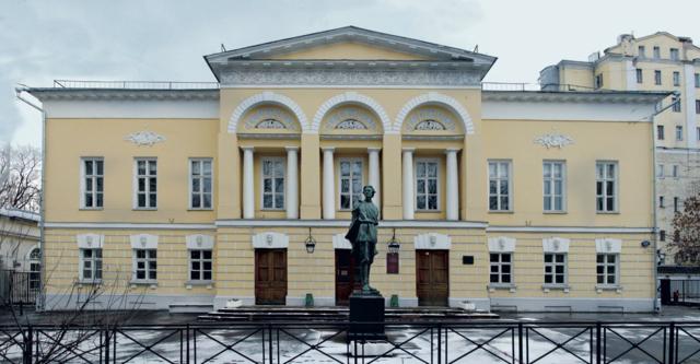 Поступил в Литературный институт в Москве