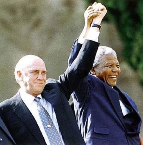 África do Sul: Primeiras eleições livres e multirraciais elegem Nelson Mandela presidente