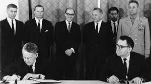 1968 El ejército soviético echa atrás la liberación del gobierno de Checoslovaquia ,se firma el tratado de no proliferación de armas nucleares (NPT)